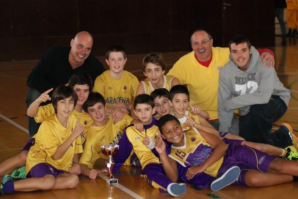 Jugadors i cos tècnic del CB Sant Josep celebrant el campionat II FONT: CB Sant Josep de Badalona