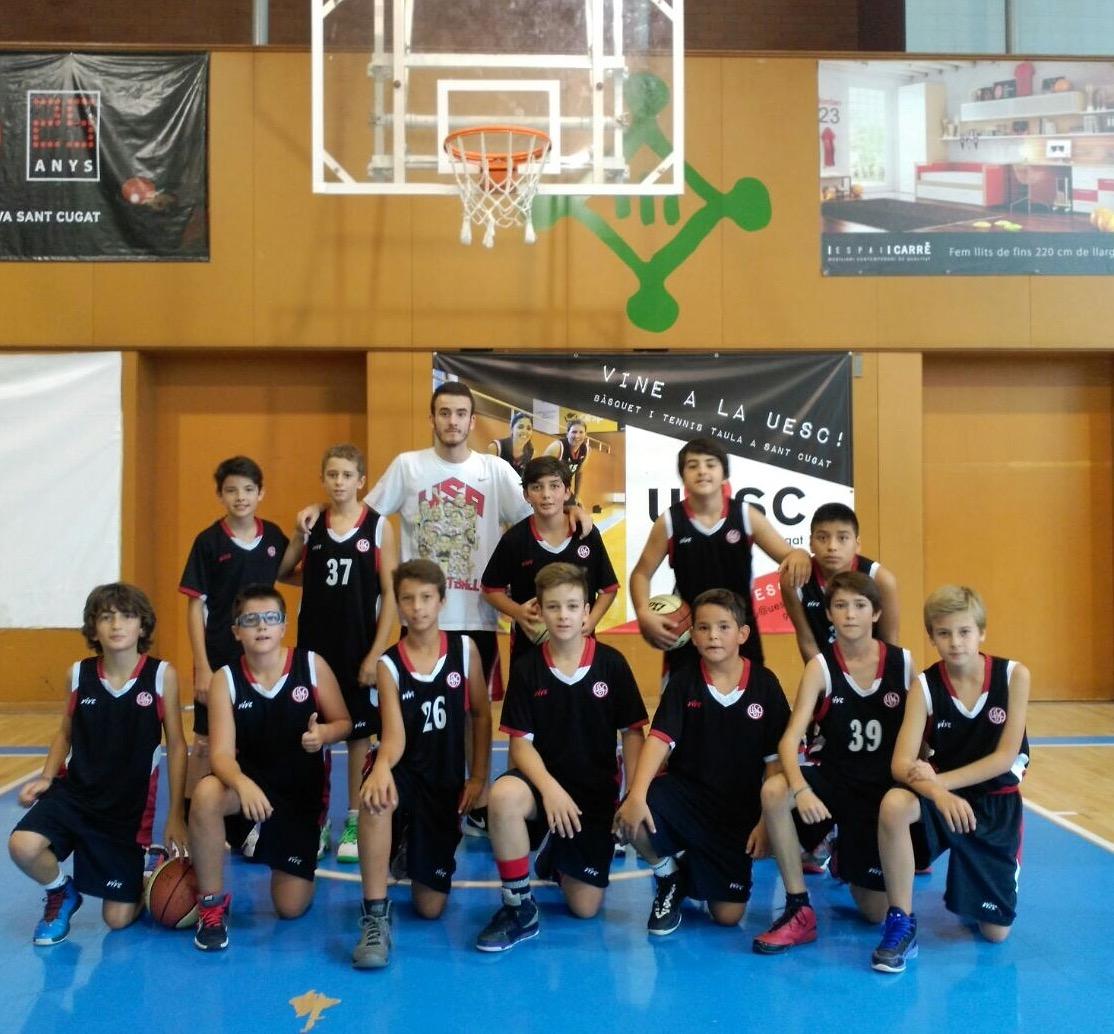 L'entrenador Ricky Fosalba amb els seus jugadors