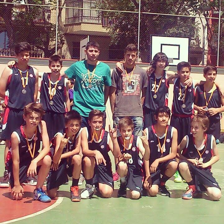 Albert Mir al costat d'Alejandro Gómez i dels seus jugadors